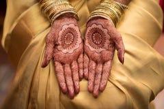 Modèle de henné de Mehendi sur la jeune mariée de Malayalee Photos stock