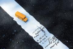 Modèle de jouet d'autobus scolaire et formule de maths Photo libre de droits