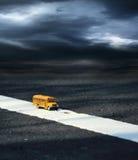 Modèle de jouet d'autobus scolaire sur la route Photo libre de droits