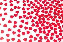 Modèle de jour de valentines des confettis rouges de coeurs sur le fond blanc image stock