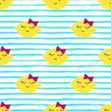 Modèle de Kawaii de citrons Dirigez la texture sans couture des citrons jaunes heureux sur un fond rayé illustration stock