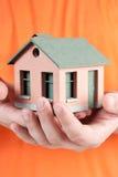 Modèle de la petite maison dans des mains humaines. Image libre de droits