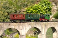 Modèle de locomotive poussant des carriges Photo libre de droits