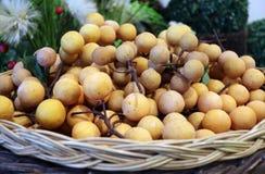Modèle modèle de Longan et fruit de wollongong de plastique ou de parasiticum en plastique de Lansium dans le panier brun noir de image libre de droits