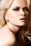 Modèle de luxe avec les boucles d'oreille de diamant et le cheveu blond Photos stock