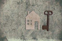 Modèle de maison de carton avec la clé sur le vieux backgrou de papier texturisé image libre de droits