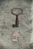 Modèle de maison de carton avec la clé sur le vieux backgrou de papier texturisé photographie stock libre de droits