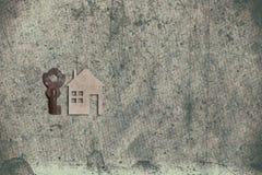 Modèle de maison de carton avec la clé sur le vieux backgrou de papier texturisé photo libre de droits