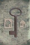 Modèle de maison de carton avec la clé sur le vieux backgrou de papier texturisé image stock