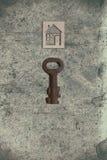 Modèle de maison de carton avec la clé sur le vieux backgrou de papier texturisé photos libres de droits