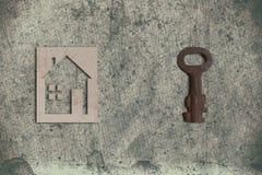 Modèle de maison de carton avec la clé sur le vieux backgrou de papier texturisé photographie stock