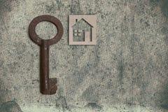 Modèle de maison de carton avec la clé sur le vieux backgrou de papier texturisé images libres de droits