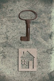 Modèle de maison de carton avec la clé sur le vieux backgrou de papier texturisé photos stock