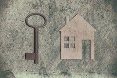 Modèle de maison de carton avec la clé sur le vieux backgrou de papier texturisé images stock