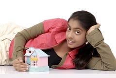 modèle de maison de fixation de fille rêveuse Photographie stock libre de droits