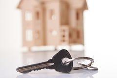 Modèle de maison en bois avec la clé de maison Photo stock