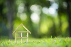 Modèle de maison en bois sur le champ d'herbe photo libre de droits