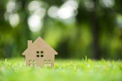 Modèle de maison en bois sur le champ d'herbe image libre de droits