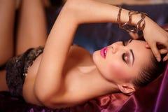 Modèle de mode avec des languettes de rose de renivellement de birght Photographie stock