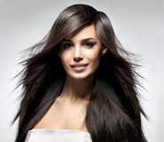 Modèle de mode avec le long cheveu droit. Photo libre de droits
