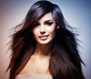 Modèle de mode avec le long cheveu droit l'image est en teintant la couleur Photographie stock
