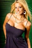 Modèle de mode blond sexy de femme affichant le fendage photos stock