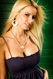 Modèle de mode blond de femme affichant le fendage Photographie stock