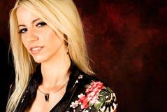 Modèle de mode blond sexy de femme dans la robe longue en soie Image libre de droits