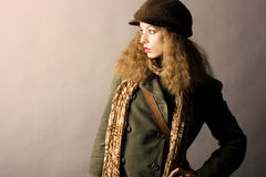 Modèle de mode dans des vêtements d'automne/hiver Photo stock
