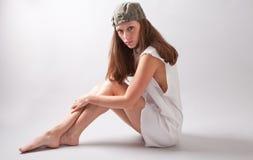 Modèle de mode dans la robe blanche et le chapeau coloré par olive photographie stock