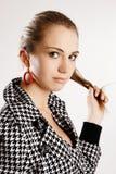 Modèle de mode dans la robe d'or photo stock