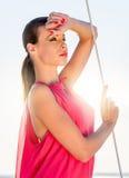 Modèle de mode dans la robe d'or Photographie stock libre de droits