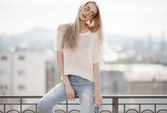 Modèle de mode dans la robe d'or Regard d'été Jeans, chandail, lunettes de soleil Images libres de droits