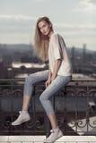 Modèle de mode dans la robe d'or Regard d'été Jeans, espadrilles, chandail Photos libres de droits
