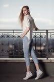Modèle de mode dans la robe d'or Regard d'été Jeans, espadrilles, chandail Image libre de droits