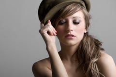 Modèle de mode dans le vieux chapeau militaire Images libres de droits