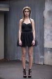 Modèle de mode dans peu de robe noire Image stock