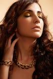 Modèle de mode de luxe avec l'accessoire d'or de charme Photographie stock libre de droits