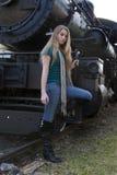 Modèle de mode de vie de jeune adolescent sur le train image stock