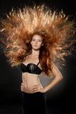 Modèle de mode dirigé rouge avec le cheveu augmenté Images stock