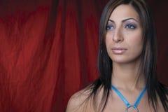 Modèle de mode - fond rouge Photographie stock libre de droits