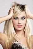 Modèle de mode heureux avec le long cheveu blond. Photo libre de droits