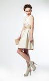 Modèle de mode mignon de femme dans la rétro pose de robe Photographie stock libre de droits