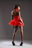 Modèle de mode noir sexy dans la robe et des talons rouges Photos stock