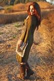 Modèle de mode posant à l'extérieur au coucher du soleil Image libre de droits