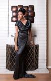 Modèle de mode près de cheminée Photos stock