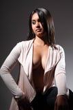 Modèle de mode sexy dans l'indication de clevage à couvercle serti Photographie stock libre de droits