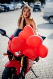 Modèle de mode sur la moto photographie stock