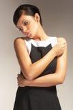Modèle de mode sur le fond clair dans la robe noire Image libre de droits