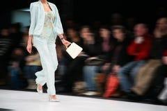Modèle de mode sur le podiume Image libre de droits